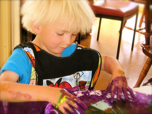 Parmak boyası uygulamalarının çocukların beyin gelişiminde katkısı vardır.