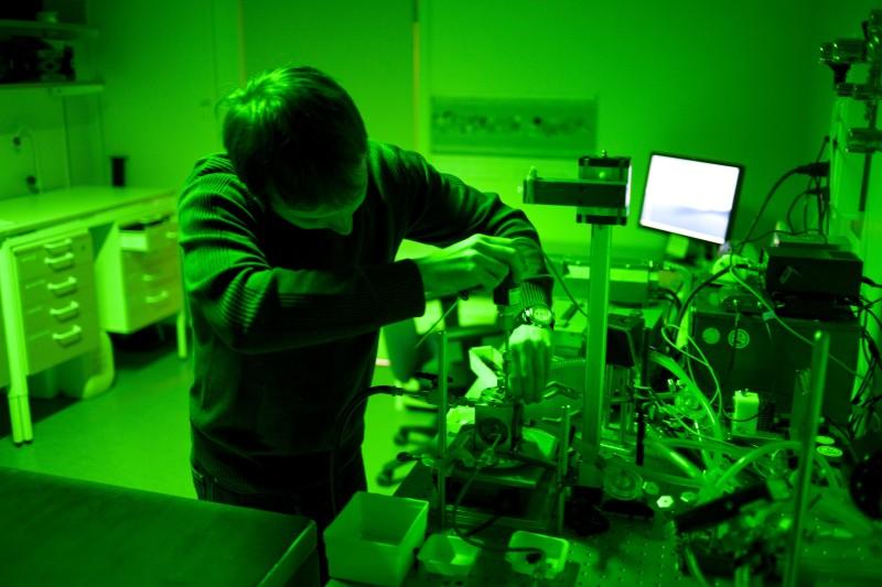 Yardımcı Sergey Koroidov yeşil ışık altında kütle spektroskopisi ile çalışırken.
