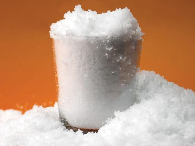 4. Bu bileşik suyu iyi absorblar (emer) ve bebek bezlerinde kullanılır genellikle. Eğer su ile karıştırırsanız, yapay kar elde edebilirsiniz.
